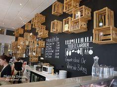 Locales decorados con cajas de madera, un toque diferente y original.