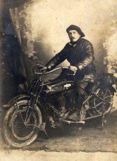 """Contribution de Prunier Joel, AD76 - Joseph Yves sur sa moto. Il partit sur le Front d'Orient en décembre 1916 avec le 38e Régiment d'Artillerie. Il fut """"estafète"""" c'est à dire qu'il rapportait des informations entre le Front et les pièces de tir , 1num0291"""