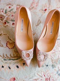 Hochzeitsschuhe, Manolo Blahnik, Foto: Kate Headley - New York Hochzeitskar . Sparkle Wedding Shoes, Blush Pink Wedding Shoes, Wedding Heels, Bridal Shoes, Cake Wedding, Wedding Jewelry, Pastel Shoes, Pink Shoes, Yellow Shoes