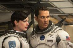 """Wohin geht der Mensch, wenn die Erde stirbt? Christopher Nolan beantwortet die Frage in seinem Sci-Fi-Epos """"Interstellar"""" mit Quantenphysik und Weltraum-Action - der Plot bleibt bei der Reise leider auf der Strecke."""
