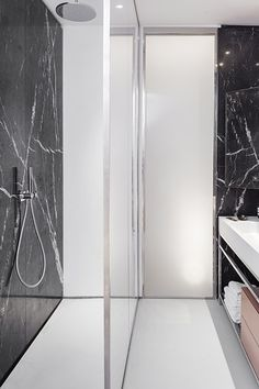 germany 2014 - apartment - refurbishment - marble - komdo.co - .PSLAB - zementfabrik - corian - cement - bathroom - black & white - shower - badezimmer - dusche - waschtisch - schwarz&weiß - beton - boden - marmor - schwarz
