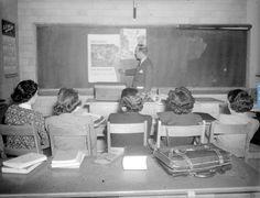 Cours portant sur les maladies transmises sexuellement. Les séances sont offertes aux infirmières fréquentant l'École d'hygiène de l'Université de Montréal. Parmi les conférenciers, nous retrouvons les professeurs P. Deléan et Gilbert Fournier.- Février 1949 BAnQ, E6,S7,SS1,D46780 À 46784