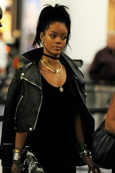 Rihanna rockin' a black choker with an variety of gold necklaces and chokers to make you die. Black leather jacker and black dress, all black everything with statement piece jewelry pairing. Rihanna Outfits, Style Rihanna, Looks Rihanna, Rihanna Mode, Rihanna Fenty, Rihanna Baby, Fashion Mode, Look Fashion, Fashion Tips