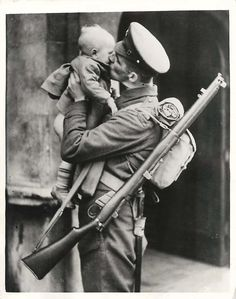 london, and guardsman afbeelding war 'Daddy's Going Back' London--Guardsman returning to duty after being home on leave plants a big kiss on his little son, who in the excitement of the moment seems to have lost his pants. Vintage Pictures, Old Pictures, Old Photos, Amazing Pictures, War Photography, People Photography, Artistic Photography, Vintage Love, Vintage Kiss
