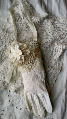 Hanging vintage glove - great idea and so lovely too (♥ ♥ ♥) Shabby Chic Crafts, Vintage Crafts, Vintage Shabby Chic, Vintage Lace, Gants Vintage, Vintage Outfits, Vintage Fashion, Fru Fru, Vintage Gloves