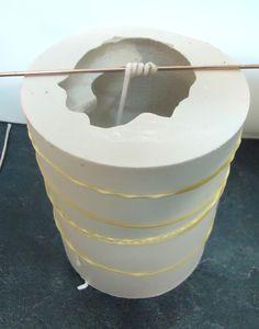 """Moldes para hacer velas II (Moldes de Silicona). Esta es la segunda parte del Post  """"Moldes para hacer velas"""" esta parte va a tratar exclusivamente de los moldes de silicona para hacer velas, veremos desde que recibimos o hacemos el molde, a hacer la hendidura del molde, aprenderemos a cerrarlos, veremos las rajas en los moldes para el desmoldado y veremos moldes ya con años. Perfume, Candle Molds, Carved Candles, Projects To Try, Carving, Adidas, Bright Ideas, Soaps, Passion"""