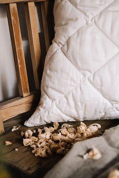 Wer seinen Kopf einmal auf dieses Kissen gebettet hat, wird ihn nie wieder erheben wollen! So gut ist der Schlaf. Denn in jenem stecken neben kleinen Merinowolle-Bällchen auch Zirbenspäne, welche die Herzfrequenzrate senken und vegetative Erholungsprozesse beschleunigen. Der gesteppte Kissenüberzug ist aus weichem Baumwoll-Feinsatin und mit Aleo Vera veredelt. Sleep Better, Bed Covers, Products