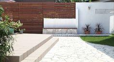 ウッドフェンス / タイル貼り / 白壁 / 造作ベンチ Wood fence / tile / White wall / bench