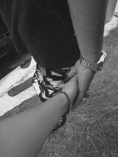 Melhor sensação é andar de mãos dadas com quem a gente ama