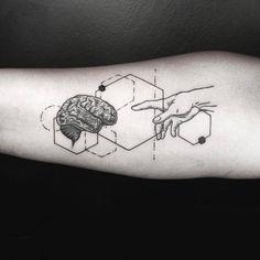 tatouage géométrique avant-bras cerveau et main #tatouages #tattoo