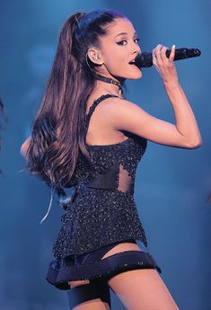 Ariana Grande-singing on stage wearing a pretty cute mini black outfit. Ariana Grande Legs, Ariana Grande Singing, Ariana Grande Fotos, Cat Valentine, Dangerous Woman, Female Singers, Pretty And Cute, Victorious, Socks