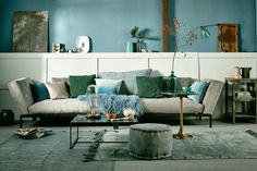 Mekong Nights cotton carpet and pouf by AAI made with love | Green accessoires in the living room | Photographer Jeroen van der Spek | Styling Cleo Scheulderman | vtwonen November 2015