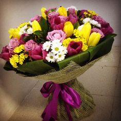 Подарочный букет с тюльпанами и сереневой розой Flower Decorations, Christmas Decorations, Table Decorations, Floral Arrangements, Flower Arrangement, Arts And Crafts, Flower Bouquets, Rose, Plants