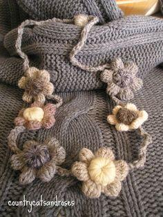 Una calda collana Form Crochet, Crochet Baby, Knit Crochet, Crochet Designs, Knitting Designs, Crochet Patterns, Yarn Necklace, Crochet Necklace, Crochet Collar