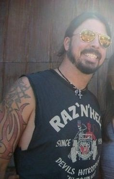 """Dave Grohl - love his """"extra teeth"""" smile! Foo Fighters Nirvana, Foo Fighters Dave Grohl, There Goes My Hero, Taylor Hawkins, Rocker Chick, Rock Legends, Star Pictures, Ex Husbands, Dandy"""