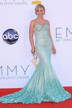 A atriz Julianne Hough e namorada do apresentador Ryan Secrest, usou um vestido sereia azul claro com diferentes texturas da Georges Hobeika. O look foi complementado com joias Norman Silverman