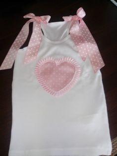 Camiseta nadadora corazón en lunares rosas .