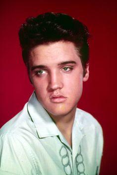 News Photo : Singer Elvis Presley poses for a studio portrait. Bilder Von Elvis Presley, Elvis Presley Priscilla, Elvis Presley Pictures, Lisa Marie Presley, Elvis Presley Young, Rock And Roll, Vivien Leigh, Ali Larter, Rachel Mcadams