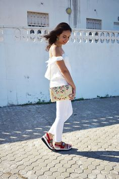 POP OF RED @cris_casual #totalwhite #whitepants #whitecroptop #redsandals #cherry #rafia #trends #summer #blogger #fashion #look #outfit #ideas #inspiration #streetstyle