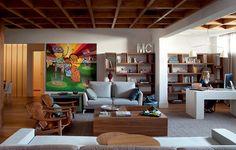 O terraço foi fechado neste apartamento de 350 m². Com a sala mais ampla, ficou fácil para a arquiteta Fabiana Avanzi instalar o escritório no canto próximo à janela