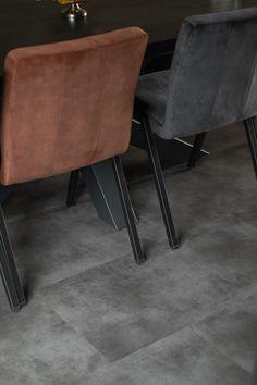 𝗧𝗛𝗨𝗜𝗦 𝗕𝗜𝗝 🏠 | We bezochten Wieke en Douwe in hun riante nieuwbouwwoning te Sneek, Friesland. 👫 Lees alles over haar woonstijl en raamdecoratiekeuzes op ons blog! | tegels keuken modern | industriele keuken | industrieel wonen | plak PVC vloer betonlook | PVC vloer grijs tegels keuken | PVC tegelvloer keuken | tegellook | grijze PVC vloer woonkamer | plavuizen | plaantraciet | binnenkijken bij | stoer wonen | industrieel decoreren | grijze vloertegels | vloerontwerp Stool, Furniture, Home Decor, Decoration Home, Room Decor, Home Furnishings, Home Interior Design, Home Decoration, Interior Design