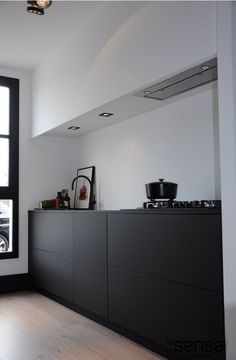 Mat zwarte keuken I mat zwart werkblad I schouw gestuukt I zwart spoelbak I zwarte kraan I greeploze keuken I servodrive I www.bysensa.nl