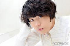 【菅田将暉/モデルプレス=10月27日】今、日本で最も女性を熱狂させている俳優のひとり、菅田将暉(23)。2015年に人気が急上昇し、その存在感は日に日に増している。イケメン俳優、ブレイク俳優、実力派俳優、カメレオン俳優、個性派俳優…様々な肩書きで呼ばれているが、彼の1番の魅力はそのどれもしっくりくる究極の無個性にあるような気がする。カテゴライズされない、と言うよりもできない。モデルプレスでは今回、映画『デスノート Light up the NEW world』(10月29日公開)の公開に向けインタビューを実施。そこで菅田が、「何かカッコいいインタビューになってるのが、すごく嫌だ」とポツリとつぶやいた瞬間があった。その言葉は、実に印象的で、彼の目指す先を示しているように感じた。