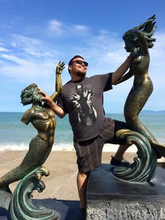 People having fun with statues (25 Photos) : theCHIVE