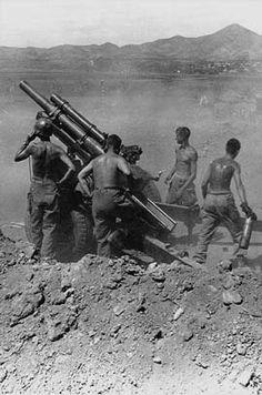Artillerymen with 105mm M101 howitzer, Korea, August 1950