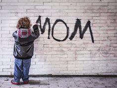 """""""Auch eine Mutter wird erst geboren…"""" – neuerdings begegnet mir dieser Satz immer wieder im Alltag. Er springt mir im Internet bei der Textrecherche ins Auge, im Fernsehen, auf einem Flyer, im Büro – immer wieder stoße ich auf diese Aussage."""