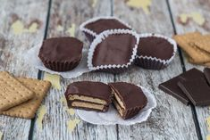 Recipe for small kiksekager (Danish chocolate biscuit cake). This recipe is traditional Danish, it& simple to make and the cakes are so delicious! Small Desserts, Fun Desserts, Delicious Desserts, Yummy Food, Danish Cake, Danish Food, Chocolate Biscuit Cake, Chocolate Cookies, Chocolate Chips