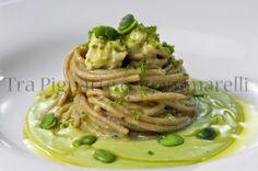 Spaghetti di farro, con crema di fave fresche, scampi e mollica di pane alle erbe