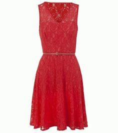 Piros, csipke ruha, ami ideális akár nappali, akár esti viseletként. Magassarkúval a legcsinosabb.