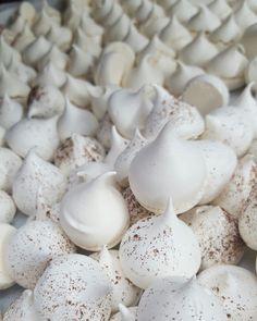 Meringues Pastry And Bakery, Meringue, Garlic, Stuffed Mushrooms, Vegetables, Food, Merengue, Stuff Mushrooms, Essen