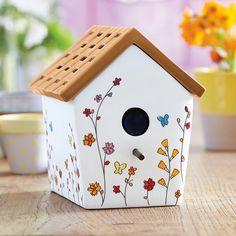 Diffuseur ScentGlowMC Maison d'oiseaux (P91740) Un petit oiseau a élu demeure dans notre adorable maison en céramique ornée d'un délicat motif de papillons et de fleurs. La silhouette de l'oiseau apparaît à la fenêtre lorsque le diffuseur est allumé. Le toit imitation chaume tient lieu de couvercle amovible. Diffuseur électrique avec cordon blanc. h. 16 cm (6¼ po), larg. 13 cm (5¼ po)