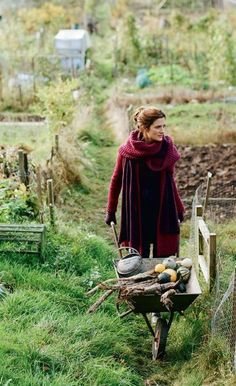 Gardening Autumn - I have just knitted the scarf in the picture. I am very pleased with it. emma freemantle for country living - With the arrival of rains and falling temperatures autumn is a perfect opportunity to make new plantations Country Life, Country Girls, Esprit Country, Dream Garden, Home And Garden, Garden Living, Vie Simple, Backyard Farming, Garden Inspiration