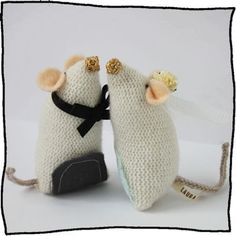 Are you interested in our Knitted wedding mice? With our wedding cake topper you need look no further. Wedding Cakes Made Of Cheese, Cool Wedding Cakes, Wedding Favours, Wedding Cake Toppers, Our Wedding, Dream Wedding, Wedding Ideas, Wedding Bells, Mini Bunting