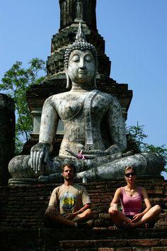 Roy e Michelle em frente a estátua de Buda em Sukhothai - Tailândia  Quando pregava, o Buda não pretendia converter as pessoas, mas iluminá-las. É uma religião de sabedoria, onde conhecimento e inteligência predominam. O Budismo trouxe paz interior, felicidade e harmonia a milhões de pessoas durante sua longa história de mais de 2.500 anos. Na Tailândia, 85% das pessoas seguem a filosofia de Buda.