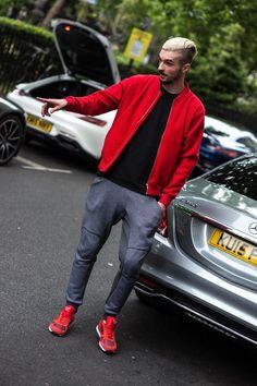 Acheter la tenue sur Lookastic: https://lookastic.fr/mode-homme/tenues/blouson-aviateur-rouge-t-shirt-a-col-rond-noir-pantalon-de-jogging-gris-fonce/20801   — Blouson aviateur rouge  — T-shirt à col rond noir  — Pantalon de jogging gris foncé  — Chaussures de sport rouges