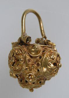 Basket Earring, gold. Byzantine, 10th-11th century #byzantium