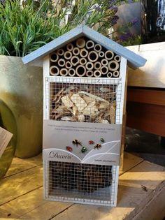 """Hay hoteles de insectos hasta en las tiendas de """"cosas de casa"""". Pero no todas están diseñadas correctamente. Esta por ejemplo, no lo está. Mira el blog a ver si sabes por qué no ;)"""