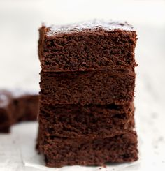 These rich chocolate flourless brownies are just 2 ingredients! They don't contain any flour or butter. They are a quick shortcut brownie recipe for when you may be missing an ingredient for making traditional brownies. Brownie Recipes, Cake Recipes, Dessert Recipes, Ww Recipes, Master Chef, Cookie Bars, Bar Cookies, Cookie Brownies, Recipes