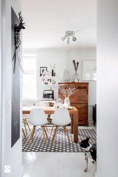 Brązowa retro szafka w pokoju dziennym. - zdjęcie od cleo-inspire - Salon - Styl Klasyczny - cleo-inspire