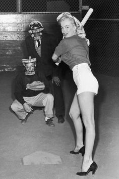 Marilyn Monroe's photo which swept Joe DiMaggio off his feet. He quickly arranged to meet the young starlet. Marilyn Monroe only knew of Joe DiMaggio via the press as a girl growing up. Joe Dimaggio, Classic Hollywood, Old Hollywood, Hollywood Stars, Marilyn Monroe Fotos, Marilyn Monroe Body, Pin Up, Cinema Tv, Actrices Hollywood
