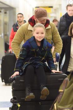 David Beckham et ses enfants Romeo, Cruz et Harper arrivent à l'aéroport de JFK à New York, le 9 février 2018. David Beckham Daughter, Style David Beckham, David Beckham Family, David Et Victoria Beckham, Victoria And David, Harper Beckham, People Having Fun, Royal Clothing, Nautical Baby