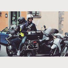 Andrea nella sua posizione preferita per scattare foto, oggi alla Avon Running di Firenze Grazie a @tommasodintino per la foto #studiosab #AR #Avon #avonrunning #Firenzemarathon #photo #press #bmw #bmwmotorrad
