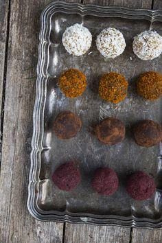 Raw gingerbread cookie truffles. http://www.jotainmaukasta.fi/2014/12/04/piparkakkuraakatryffelit/