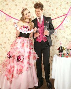 ピンクの薔薇プリントのドレスと黒のタキシードのコーデです(*^ ^*) キュートでポップなパーティースタイルを探している方にぴったり◎ GCD-00007-06 PK & MCM-11238 BK 【二次会ドレスのオンラインレンタルショップ】お店に行かなくても、日本全国宅配でお届け♪