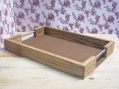 Serving Tray Wood, Wood Tray, Wooden Art, Wooden Boxes, Wood Projects, Woodworking Projects, Wooden Chopping Boards, Reclaimed Wood Art, Log Furniture