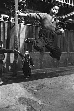 Domon Ken 土門 拳 Jumping rubber rope, Tsukiji, Tokyo, Japan, Japan Art, Tokyo Japan, Fine Art Photo, Photo Art, Vintage Japanese, Japanese Girl, Old Pictures, Old Photos, Vintage Photographs